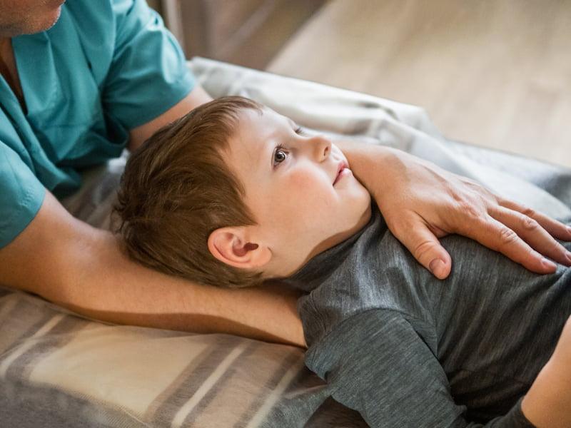 Osteopatisk behandling af dreng, der har smerter
